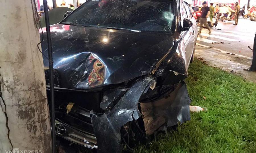 Five injured as car hits 8 bikes in Saigon