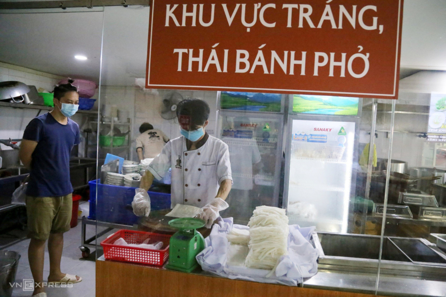 HCMC eateries find conditions for reopening too tough