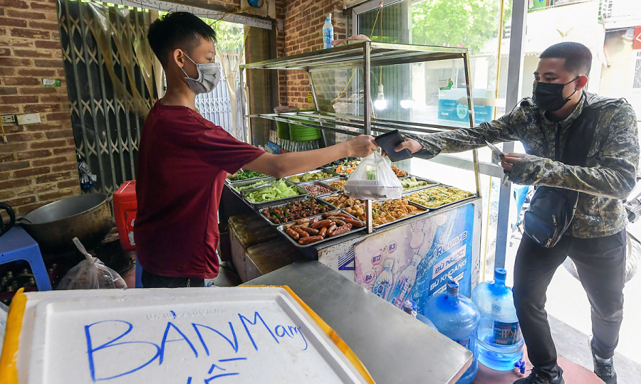 Hanoi to allow takeaways, other shops to reopen in safe districts