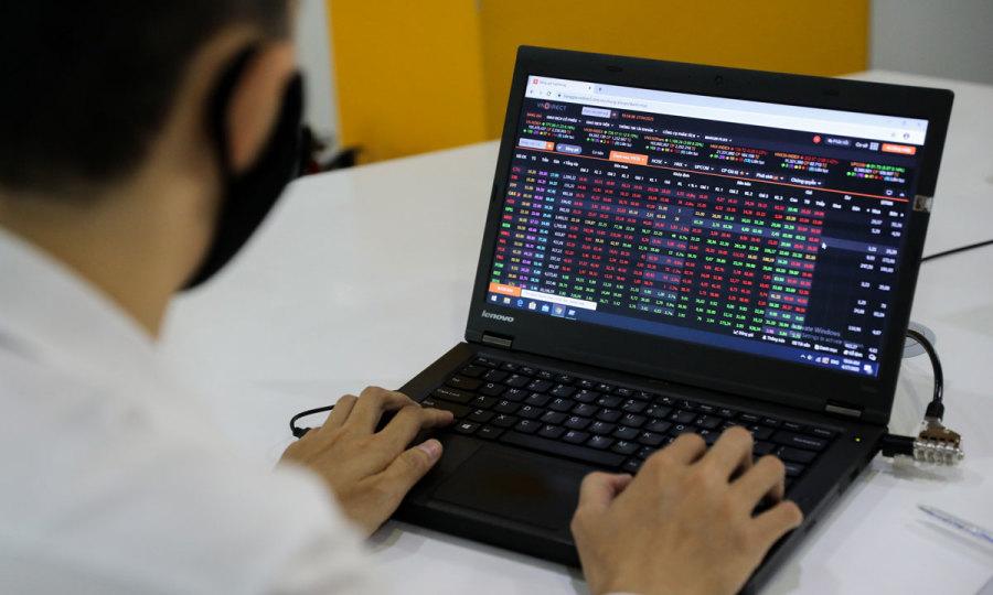 VN-Index slips off near resistance level